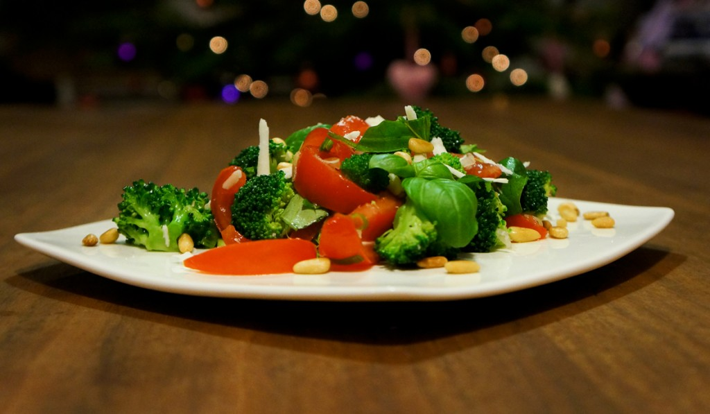 salad_tomato_basil_pine_nuts_broccoli_a_teaspoon_of_renate_01